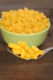 Makaroni och ost på en gaffel Arkivfoton