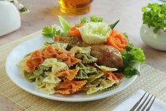 Makaronier med kött och grönsaker Arkivbild
