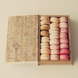 Makarons in een doos Stock Afbeelding