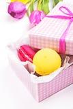Makarons in een roze giftdoos Stock Fotografie