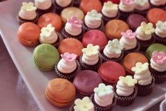 Makarons en minitaartjes op een plaat Stock Fotografie