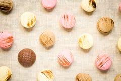 Makarons met chocoladegolfbal op een linnenservet Stock Afbeeldingen