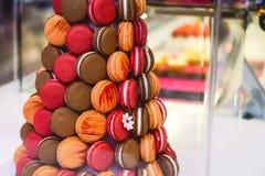 Makaronstoren, piramide - Assortiment van Kleurrijke macarons voor verkoop in suikergoedwinkel, storefront met snoepjes, koffiesh royalty-vrije stock foto