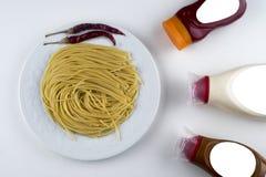 Makaronu Fettuccine bolończyk z pomidorowym kumberlandem w białym pucharze Odgórny widok zdjęcia stock