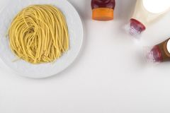 Makaronu Fettuccine bolończyk z pomidorowym kumberlandem w białym pucharze Odgórny widok obraz royalty free