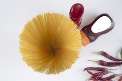 Makaronu Fettuccine bolończyk z pomidorowym kumberlandem w białym pucharze Odgórny widok zdjęcie stock