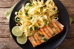Makaronu fetuccini z serowym cheddarem i piec na grillu łososiem z ziele Zdjęcia Royalty Free
