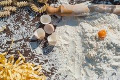 Makaronu jajko w mące i tocznej szpilce na drewnianym stole Obraz Stock