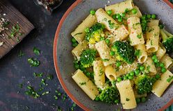 Makaronu rigatoni z brokułami i zielonymi grochami Weganinu menu żywienioniowy jedzenie Mieszkanie nieatutowy obrazy royalty free