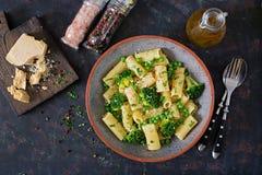 Makaronu rigatoni z brokułami i zielonymi grochami Weganinu menu żywienioniowy jedzenie Mieszkanie nieatutowy zdjęcie stock