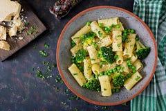 Makaronu rigatoni z brokułami i zielonymi grochami Weganinu menu żywienioniowy jedzenie Mieszkanie nieatutowy fotografia stock