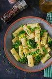 Makaronu rigatoni z brokułami i zielonymi grochami Weganinu menu zdjęcie royalty free