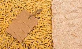 Makaronu tło z pustą brown etykietką Zdjęcie Stock