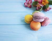 Makaroon no teste padrão saboroso da padaria de madeira doce azul do alstroemeria do biscoito do açúcar Imagens de Stock