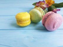 Makaroon no teste padrão saboroso da padaria doce azul do alstroemeria do biscoito do sabor do açúcar Foto de Stock
