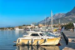 Makarska, Хорватия сентябрь 2018 прогулка Адриатического моря со шлюпками стоковые изображения
