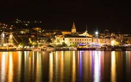 Makarska, bello paesaggio urbano del paesaggio di notte, Croazia Fotografia Stock