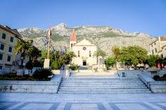 Makarska, Croácia, o 12 de setembro de 2015 Exteriores do romano - igreja principal católica de Makarska, no sol da noite Foto de Stock Royalty Free
