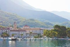 Makarska, Dalmatien, Kroatien - 24. AUGUST 2017 - einige Boote im Hafen von Makarska lizenzfreie stockfotos