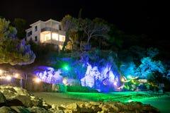 Makarska, Dalmatien, Kroatien - 23. AUGUST 2017 - tiefe Höhlenbogendisco am Strand von Makarska stockfoto