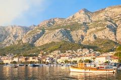 Makarska, Dalmatien, Kroatien - ein altes traditionelles Fischerboot am Hafen von Makarska lizenzfreie stockfotografie