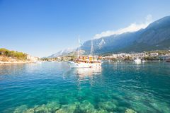 Makarska, Dalmatien, Kroatien - ein touristisches Parteiboot, das den Hafen von Makarska verlässt stockbild