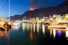 Makarska, Dalmatien, Kroatien - ein verheerendes Feuer in den Bergen von Makarska nachts lizenzfreie stockfotografie