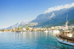 Makarska, Dalmatien, Kroatien - Einstellung des Segels vom Hafen von Makarska stockbild
