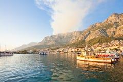 Makarska, Dalmatien, Kroatien - Rauch eines verheerenden Feuers über den Bergen von Makarska stockfotografie