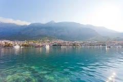 Makarska, Dalmatien, Kroatien - Skyline von Makarska vor dem enormen Gebirgsgebirgsmassiv lizenzfreie stockfotografie