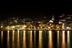Makarska nachts lizenzfreie stockfotos