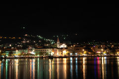 Makarska por noche. Fotografía de archivo