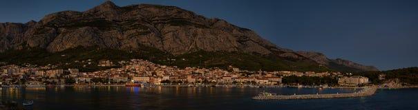 Makarska riviera, Croacia, panorama de la escena de la noche Imagen de archivo