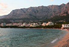 Makarska Riviera, por do sol na praia Imagens de Stock