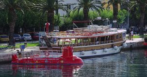 Makarska, semisubmarine e nave turistica Fotografie Stock Libere da Diritti