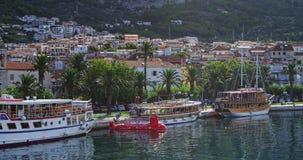 Makarska, toeristenschepen in de haven Stock Fotografie
