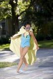 Make-believe, ragazza in costume casalingo del supereroe Fotografia Stock Libera da Diritti
