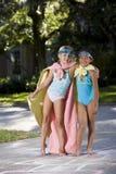 Make-believe, ragazze in costumi casalinghi del supereroe Immagine Stock