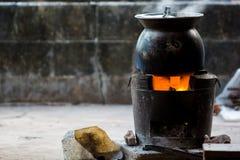 Make che cucina con il vecchio vaso Fotografie Stock Libere da Diritti