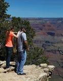 Make & fru som tycker om färgerna av Grand Canyon Arkivfoto