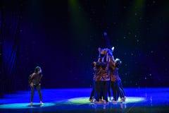 Make ha concertato gli sforzi- la vecchia signora-Cina ballo etnico Fotografia Stock Libera da Diritti