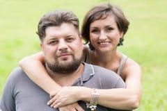Make och fru i en parkera Arkivfoton