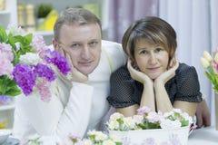 Make och fru i köket arkivbilder