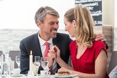 Make och fru på datum i restaurang fotografering för bildbyråer