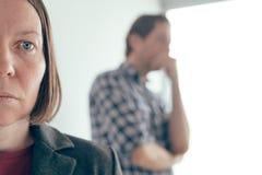 Make och fru som argumenterar, man som skriker p? kvinnan arkivfoto