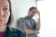 Make och fru som argumenterar, man som skriker p? kvinnan fotografering för bildbyråer