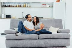 Make och fru som sitter på en soffa royaltyfria bilder