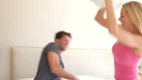 Make och fru som studsar på stock video