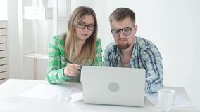 Make- och fruräkningsköp och räkningar för den förgångna månaden och att anteckna resultaten i deras hem- bokföring i a stock video