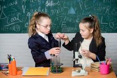 Make que estuda química interessante Conceito educacional da experiência Microscópio e tubos de ensaio na tabela execute imagens de stock